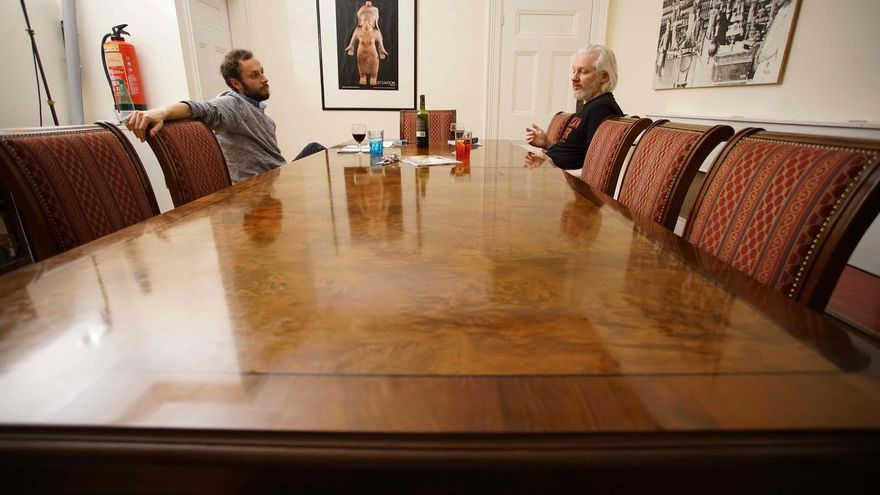 Srećko Horvat y Julian Assange en la Embajada ecuatoriana en Londres.