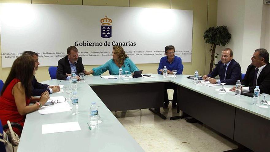 La consejera de Empleo, Políticas Sociales y Vivienda del Gobierno de Canarias, Cristina Valido (c), con los alcaldes de Las Palmas de Gran Canaria, Santa Cruz de Tenerife, La Laguna y Telde