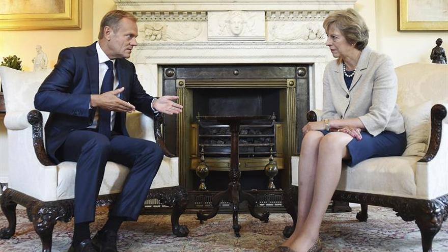 """Tusk urge a May a empezar a negociar """"lo antes posible"""" para el """"brexit"""""""