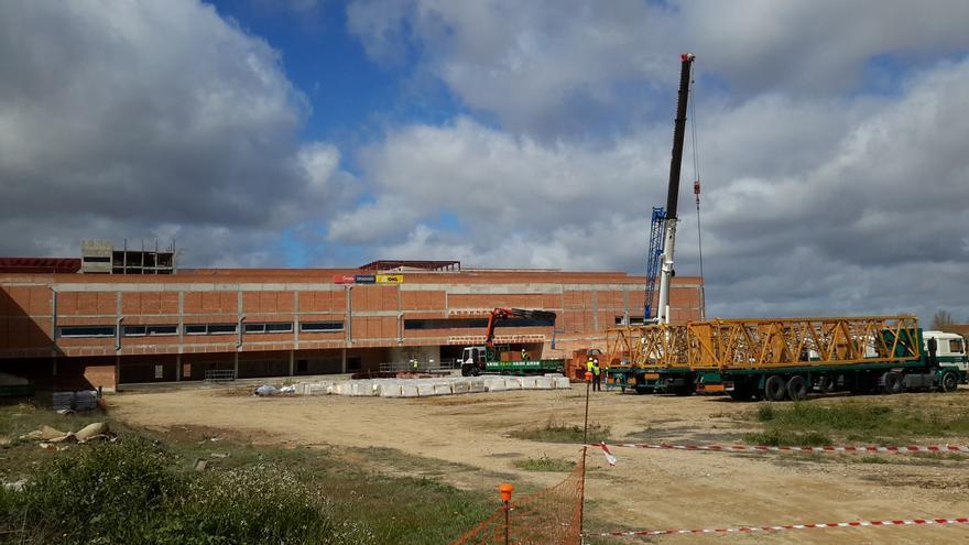 Montaje de grúas en el nuevo hospital