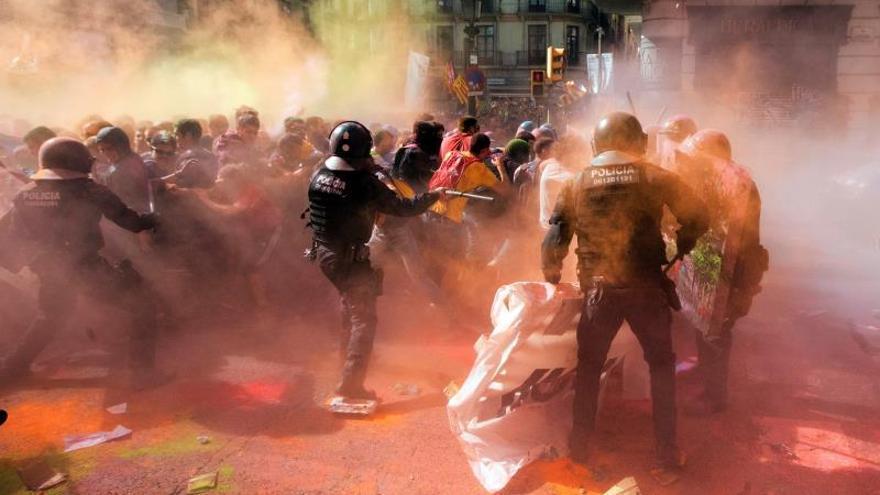 Los Mossos cargan contra independentistas para proteger una manifestación de policías