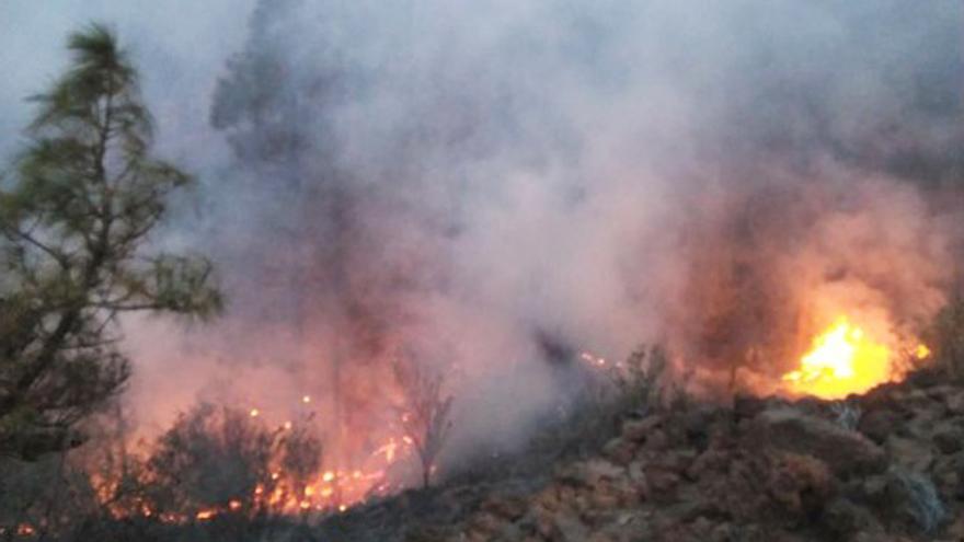 Frente del incendio forestal que se inició en la noche del domingo en la zona del Paisaje Lunar, en Granadilla