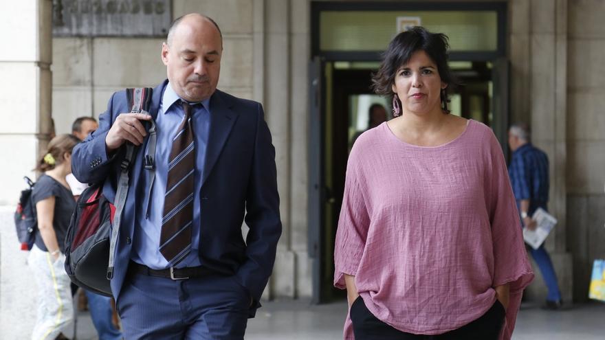 La Audiencia condena por abuso sexual al empresario que simuló besar a Teresa Rodríguez