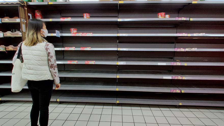 El desabastecimiento en el pasillo de fideos instantáneos de un Carrefour en China