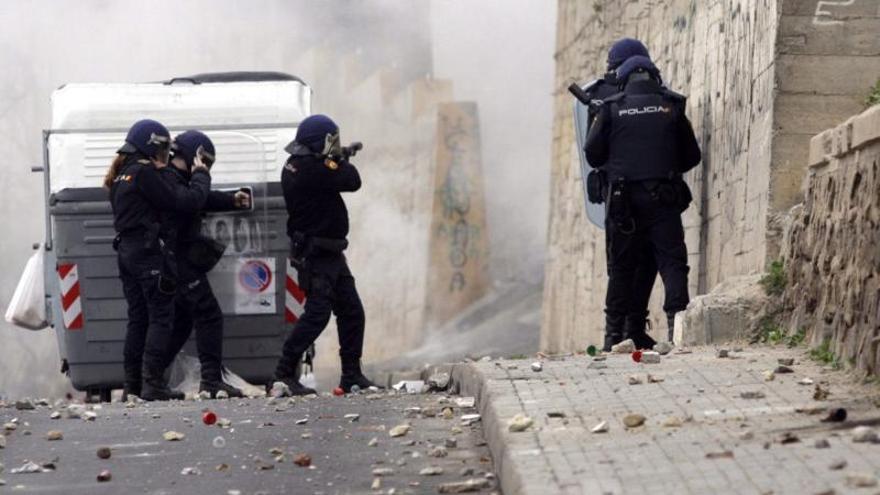 Al menos doce heridos en disturbios en Melilla, diez de ellos policías