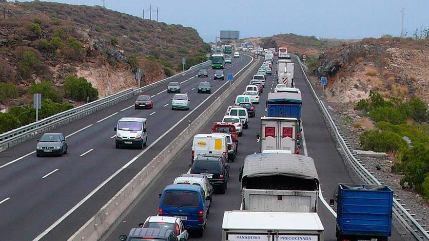 Colas en la TF-1, autopista del sur, en sentido Santa Cruz y en una imagen de archivo