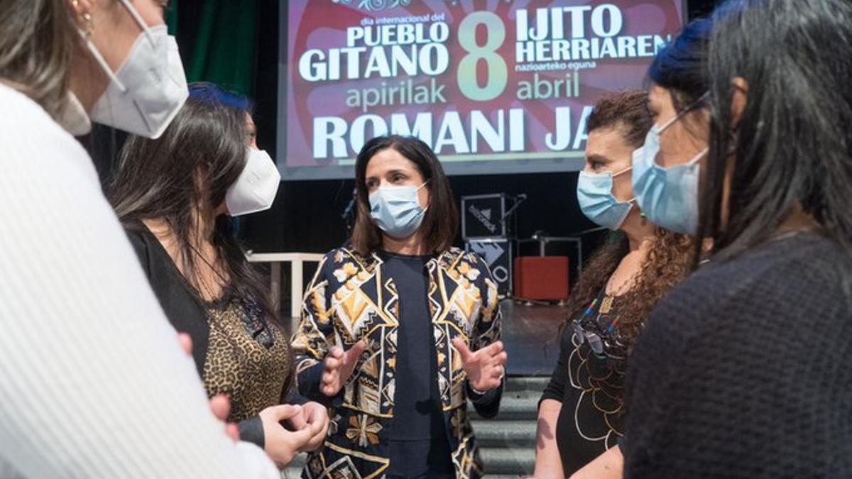 La consejera Artolazabal junto a mujeres gitanas en el festival de la Romani Jaia este miércoles en Bilbao