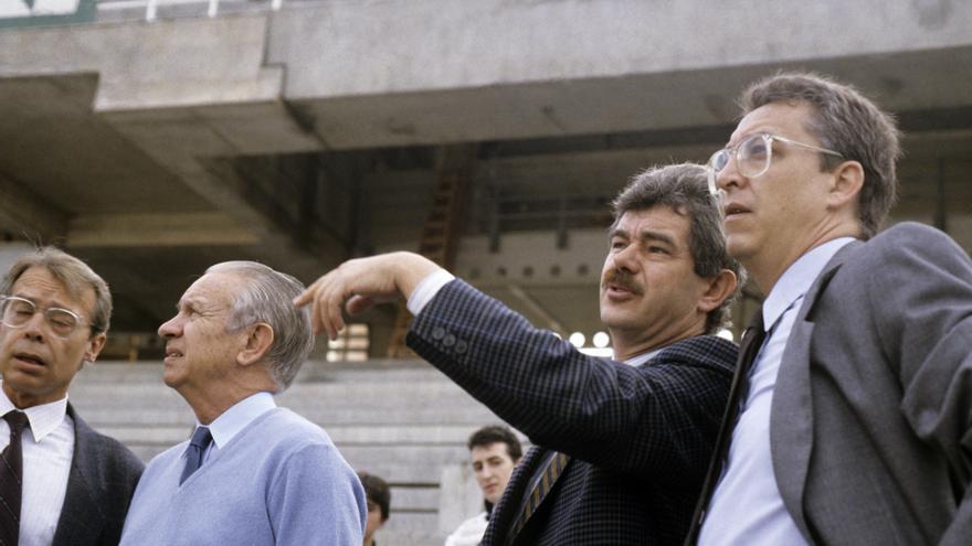Pasqual Maragall, junto a Josep Miquel Abad en una visita a las obras del estadio olímpico