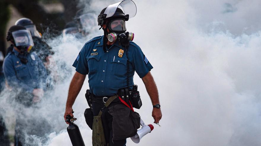Un agente de policía durante las protestas en Kansas City, Missouri.