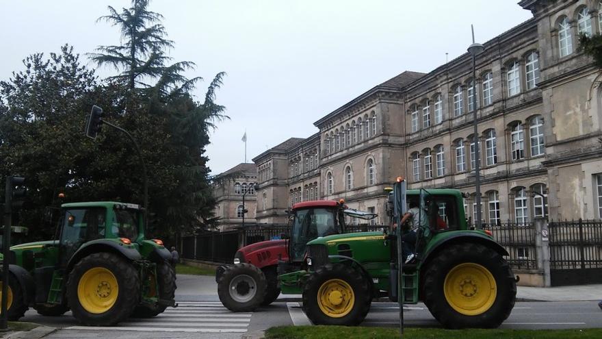 Los tractores, ante la sede del Gobierno gallego / praza.gal