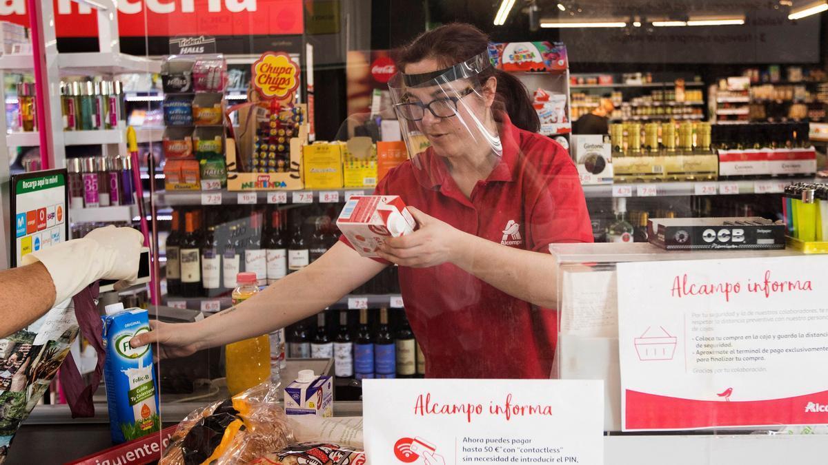 Imagen de archivo de una cajera en un supermercado de Zaragoza.