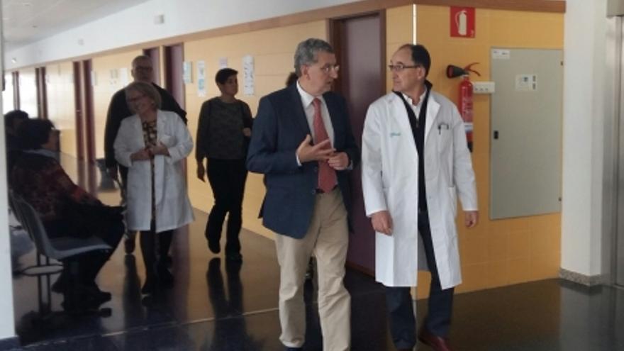 El consejero aragonés de Sanidad, Sebastián Celeya, en una visita a un centro de salud.