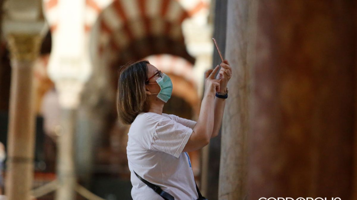 Una turista en la Mezquita Catedral.