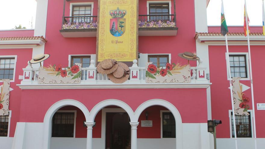 En la imagen, fachada del Ayuntamiento engalanada para la romería de la Bajada de la Virgen del Pino.