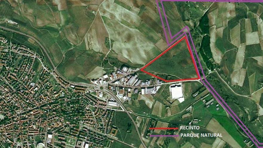 Imagen aérea que muestra el recinto para el festival y el límite del espacio protegido.