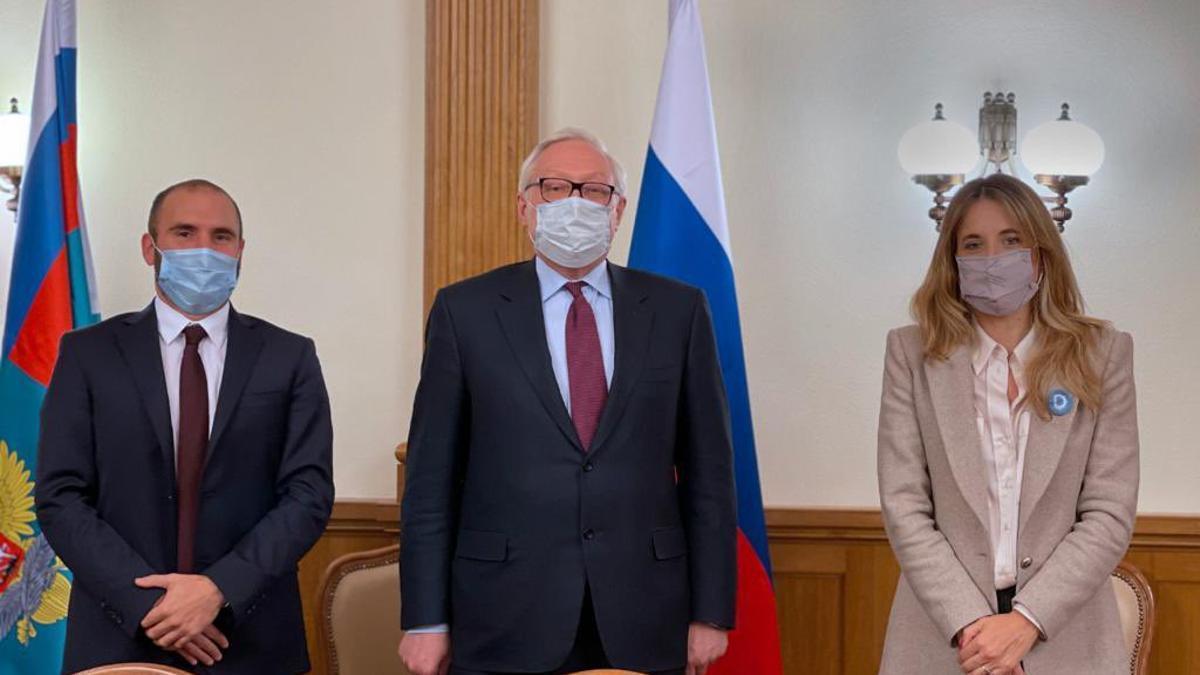 Guzmán y la asesora presidencial Cecilia Nicolini junto el Vicecanciller ruso Sergei Ryabkov