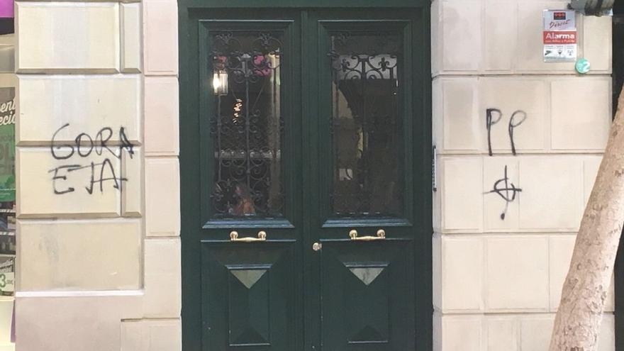 Alonso denuncia pintadas de 'Gora ETA' y una diana en el portal de la casa de la exconcejal del PP María José Usandizaga