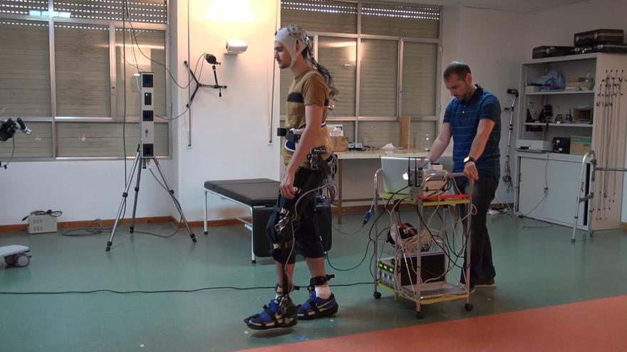 Un casco con electrodos permite monitorizar la actividad cerebral del paciente. (Foto: BioMot)