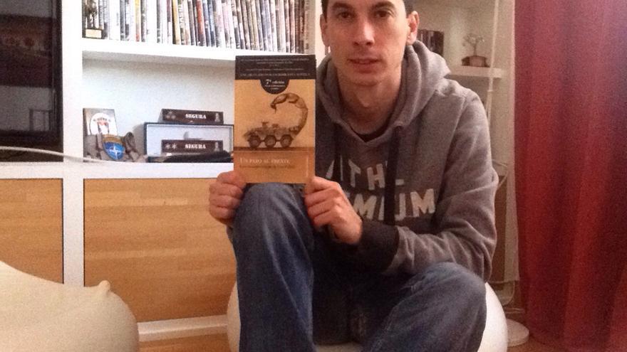 El teniente, en su casa de Madrid este viernes con el libro que le ha provocado ya 150 días de arresto.
