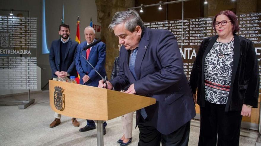 La consejera de Agricultura, Desarrollo Rural, Población y Territorio, Begoña García, y el rector de la Universidad de Extremadura, Antonio Hidalgo, han firmado un protocolo de colaboración
