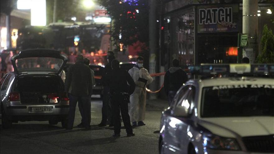 Dos hombres mueren a balazos ante una oficina del partido neonazi griego