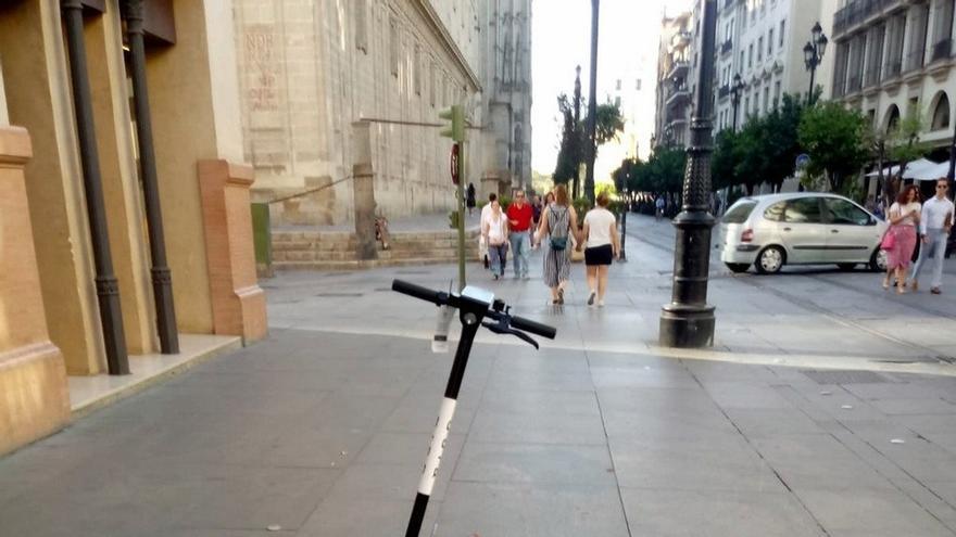 A Contramano avisa que la norma de los patinetes impide circular por el carril bici con los modelos de alquiler