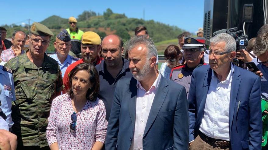 La ministra de Defensa, Margarita Robles, junto al presidente de Canarias, Ángel Víctor Torres, en el Puesto de Mando Avanzado.