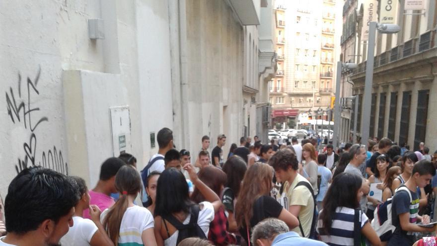 Compraventa de libros de texto en la calle de los libreros de Madrid