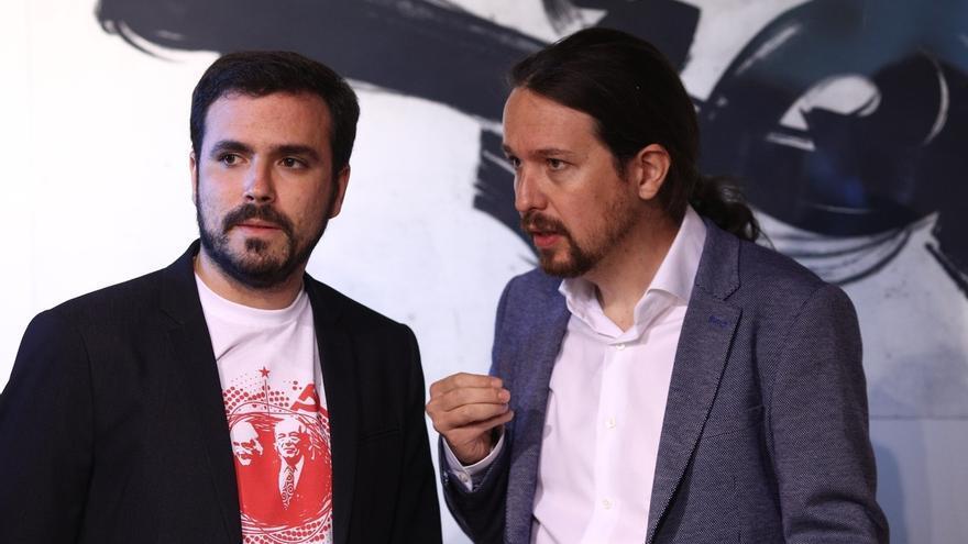 Pablo Iglesias habla con Alberto Garzón en una imagen de archivo.