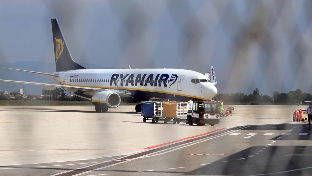 Un avión de la compañía Ryanair en el aeropuerto de Perugia, Italia.