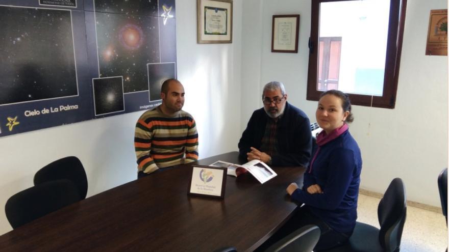 Antonio San Blas (c), director de la Reserva Mundial de la Biosfera La Palma, con dos alumnos.
