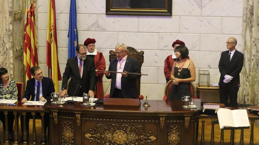 Joan Ribó recibe de manos del secretario del Ayuntamiento la vara de mando