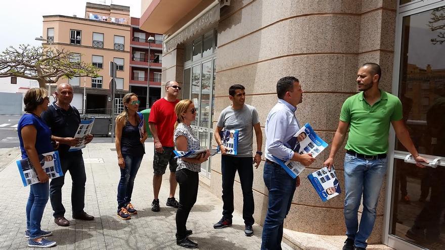 """En la imagen, Juan José Cabrera (segundo por la derecha), actual alcalde, con su equipo, repartiendo la revista informativa  de """"hechos y logros"""" del PP."""