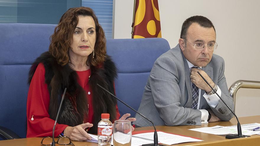 La consejera Ana Belén Álvarez y el director territorial de la Inspección de Trabajo y Seguridad Social en Cantabria, Miguel Ángel Gálvez.   JOSÉ CAVIA