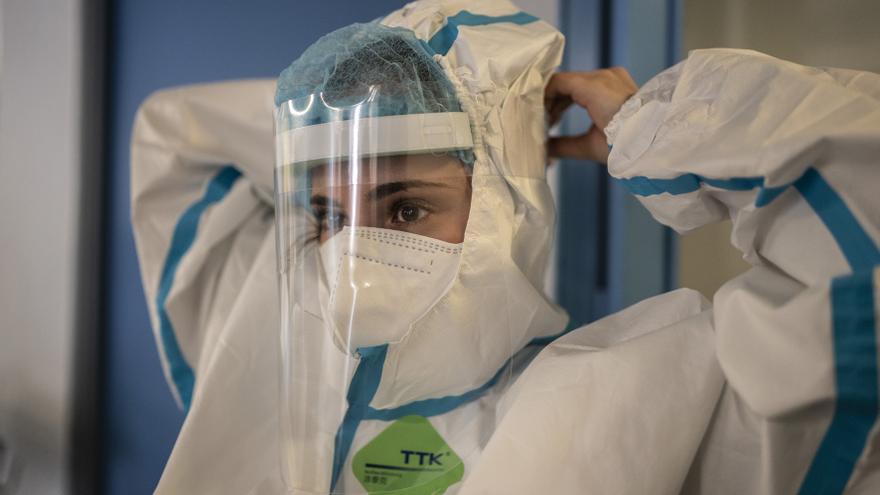 Lucía, técnico de cuidados, se prepara para atender a pacientes con COVID-19 que están en el hospital.