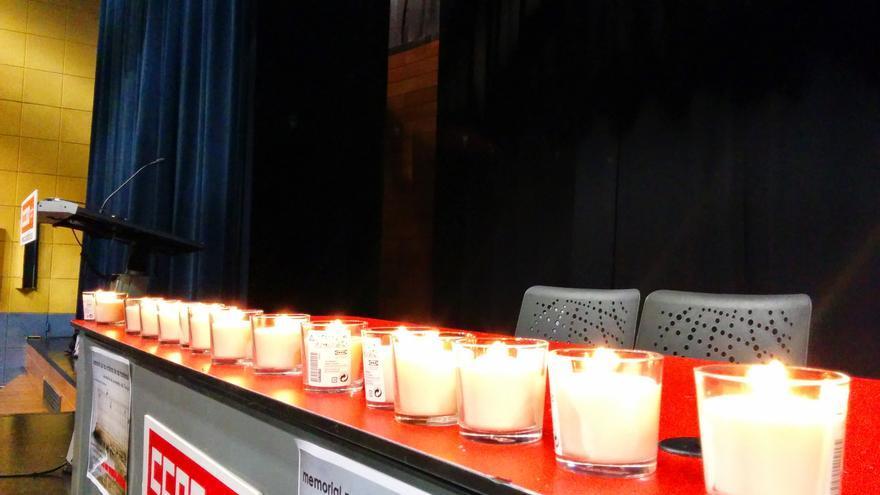 Homenaje a las víctimas del Tarajal de Coordinadora de Barrios. Velas en recuerdo de los 15 fallecidos/ L. O.