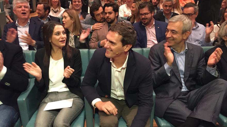 Inés Arrimadas, Albert Rivera y Luis Garicano, junto a los principales dirigentes de Ciudadanos. / Andrés Gil