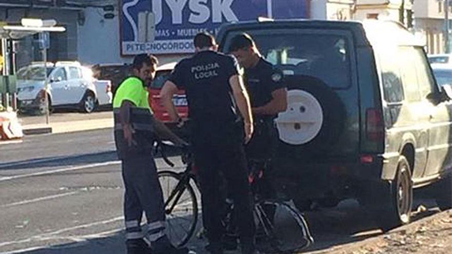 El ciclista accidentado, atendido en el lugar.