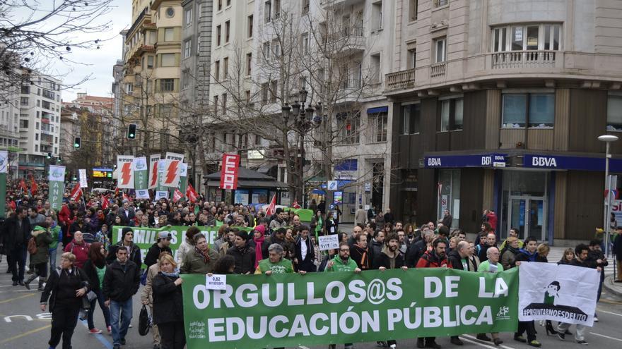 Más de un millar de personas recorren las calles de Santander durante una manifestación en defensa de la educación pública.