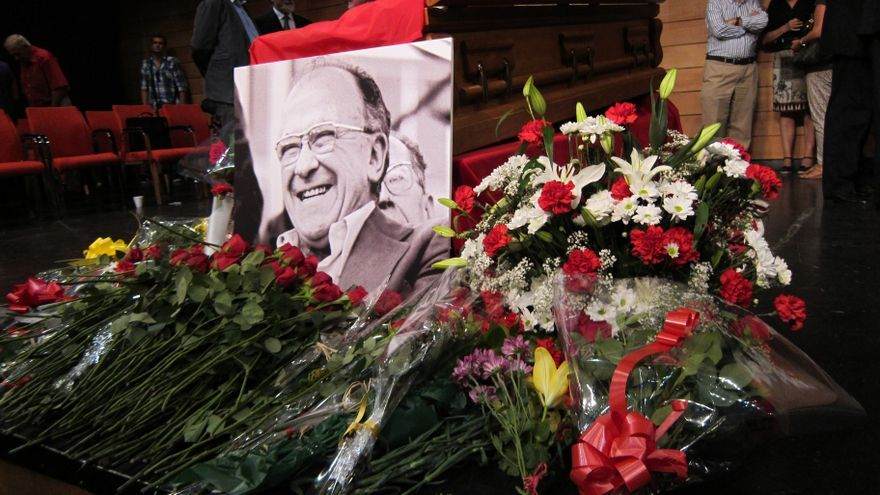 Políticos y ciudadanos despiden al dirigente comunista entre rosas rojas y recuerdos a la República