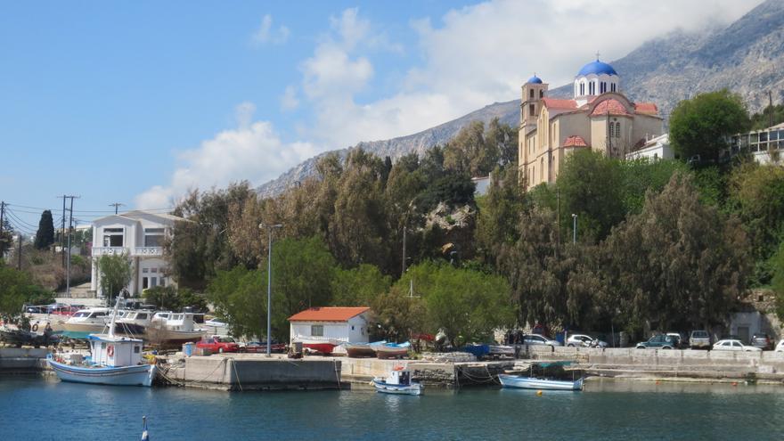 La Iglesia metropolitana de Ayios Kirykos desde el puerto de la capital de la isla. adamansel52
