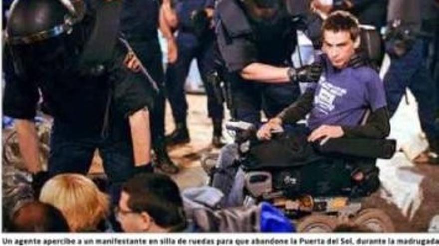 Pablo Soto durante una intervención policial en Sol. Portada de El Mundo del 14 de mayo de 2012.