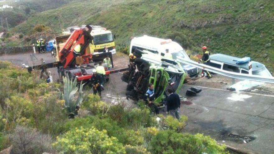Un fallecido al volcar una guagua en la que viajaban 17 turistas en Gran Canaria.