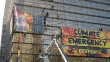 Greenpeace despliega una pancarta contra el cambio climático en la sede de la cumbre de la UE