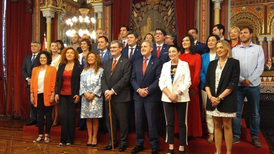 Aburto (PNV) asume su segundo mandato en Bilbao con el pacto de gobierno cerrado con PSE