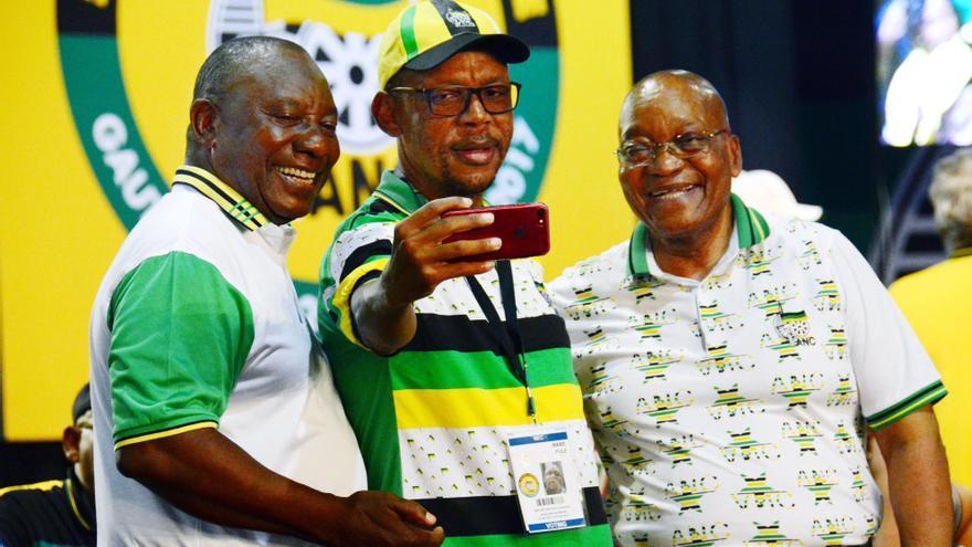 El líder del partido ANC, Cyril Ramaphosa (izquierda), posa junto con su predecesor y actual presidente de Sudáfrica, Jacom Zuma (derecha) y un miembro del partido (centro) durante la celebración de la victoria de Ramaphosa.