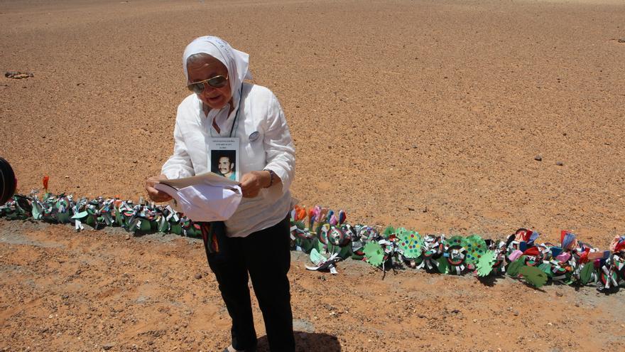 Nora de Cortiñas, presidenta de las Madres de la Plaza de Mayo, lee algunos de los mensajes dejaron en las flores que colocaron frente al muro. Detrás, militares marroquíes custodian la zona desde el lado ocupado/ Gabriela Sánchez