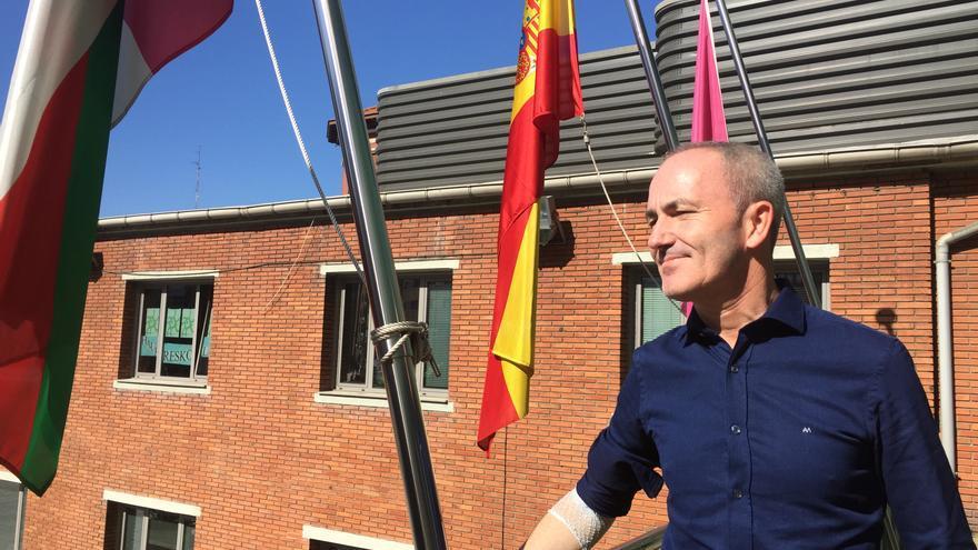 El candidato del PSE a la reelección en Barakaldo, Alfonso García, en la balconada del Ayuntamiento.