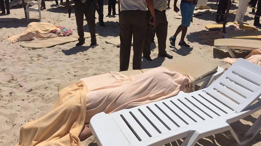Una de las víctimas del atentado de Túnez, en una de las playas donde se han producido los ataques \ Karim Darraji / Neupic pro