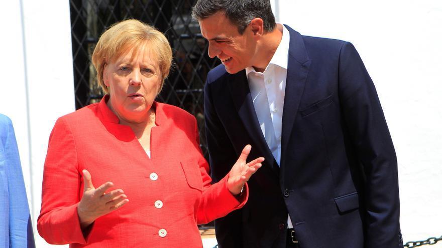 La canciller alemana, Ángela Merkel, recibida por el presidente del Gobierno, Pedro Sánchez, a su llegada al Palacio de los Guzmanes.